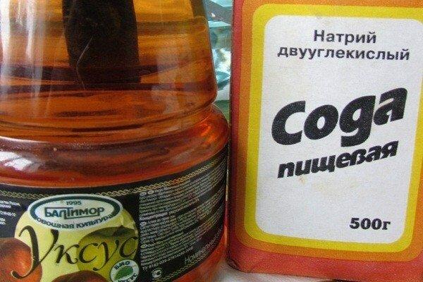Довольно эффективное средство – сода с уксусом.