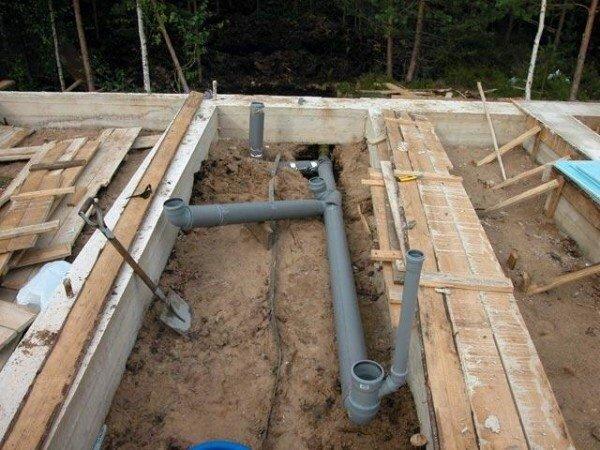Если трубы будут располагаться в стяжке, то укладывать их нужно еще на начальном этапе строительства