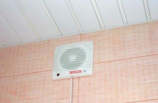 Если в санузле сыро, принудительная вентиляция поможет.