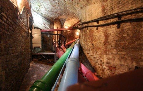Это, однако, не мешает восстановленному после Великой Отечественной Войны чугунному водопроводу Петергофа служить шестой десяток лет.