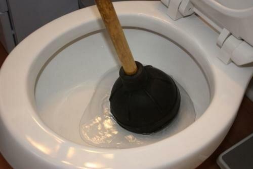 Этот простейший инструмент выручит не только при засоре унитаза. Раковины, ванны и мойки им тоже удобно чистить.