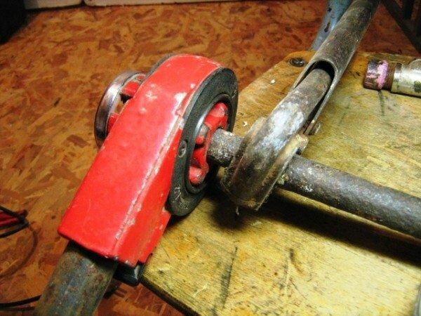 Фиксация положения трубы с помощью газового ключа