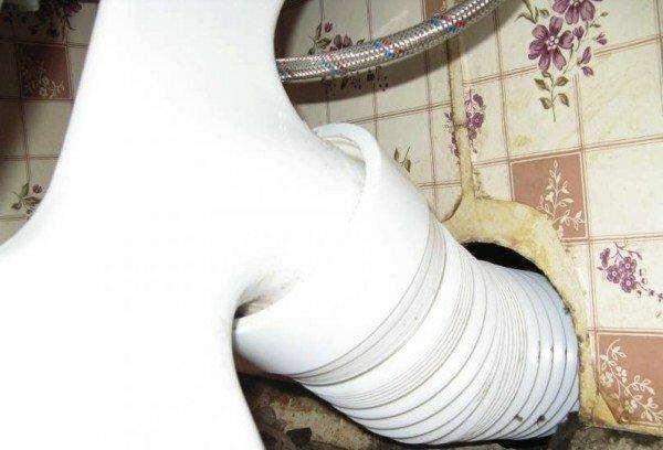 Гофра - это тонкий и не очень прочный пластик. Иногда в нем появляются щели.