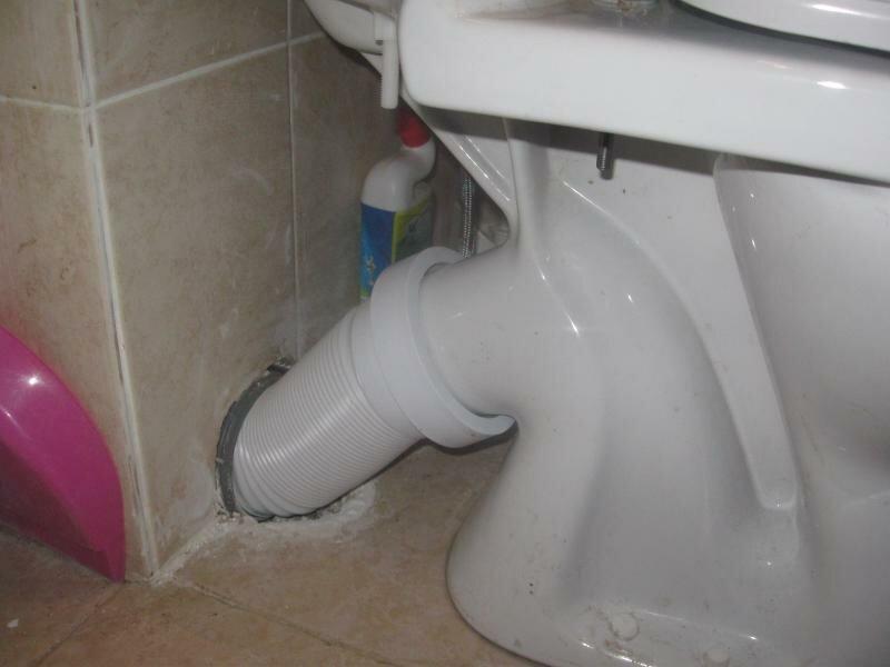 Гофра позволяет сместить унитаз без адаптации канализационных труб.