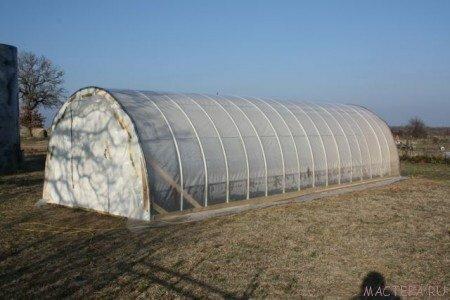 Готовое сооружение из труб ПНД для выращивания рассады