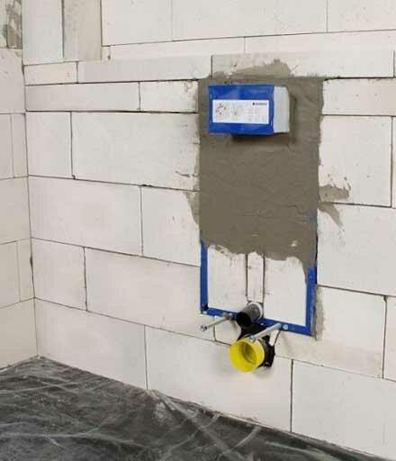 Блочная инсталляция утоплена в капитальную стену