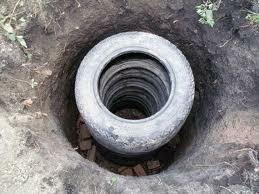 Укладка покрышек в яму