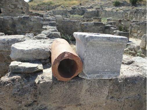 Говорят, римляне придумали канализацию, чтобы их фекалии плыли к соседям - гуннам. Те рассердились, и Рим пал