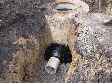 Изоляция труб в колодце при помощи битума