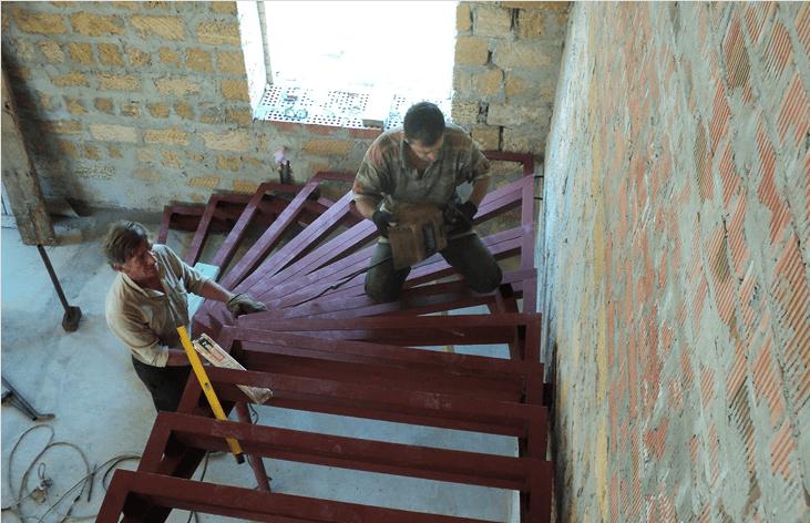 Каркас лестницы из профильной трубы в процессе сварки