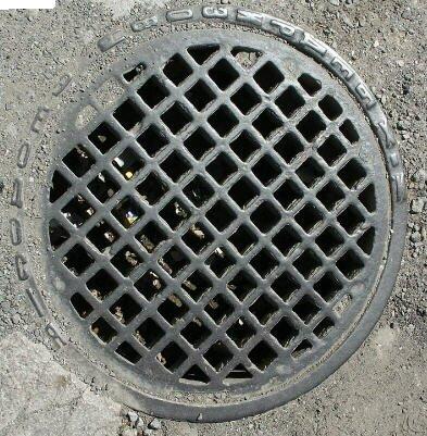 Решетчатый люк ливневой канализации