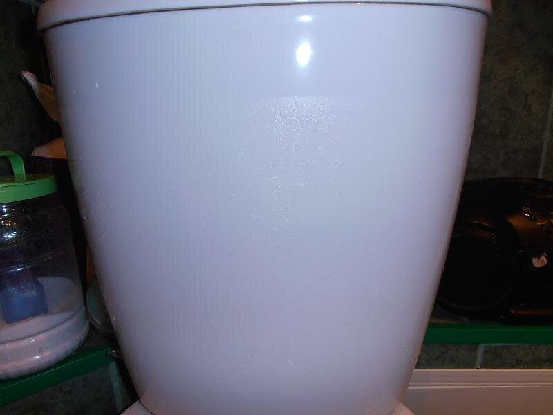Влажный бачок унитаза чаще всего говорит об утечке воды в нем.