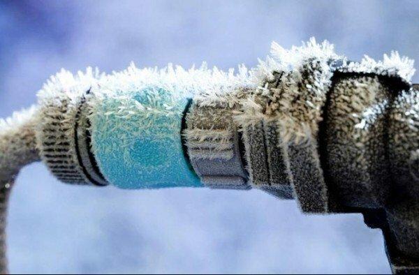 Любительское фото замерзших труб в местах соединения