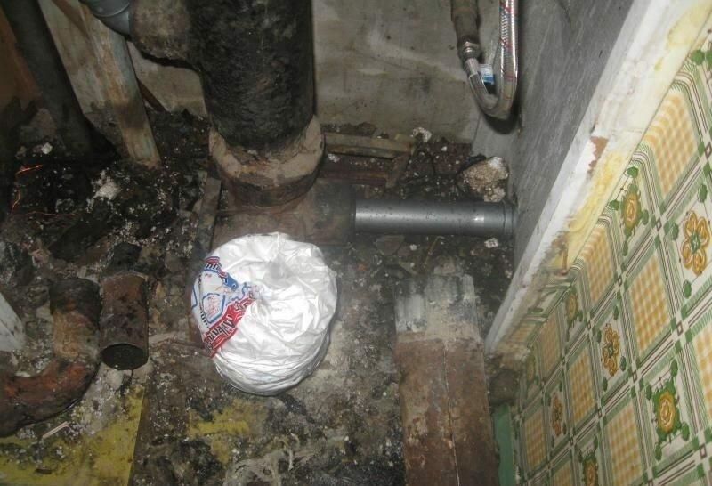 Монтировать канализацию лучше прямо от стояка. Пакетом тройник замотали, чтобы избавиться от запахов.