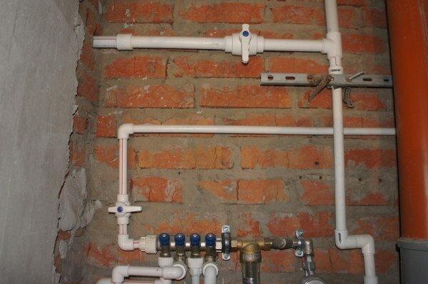На фото - водопровод из ПВХ труб