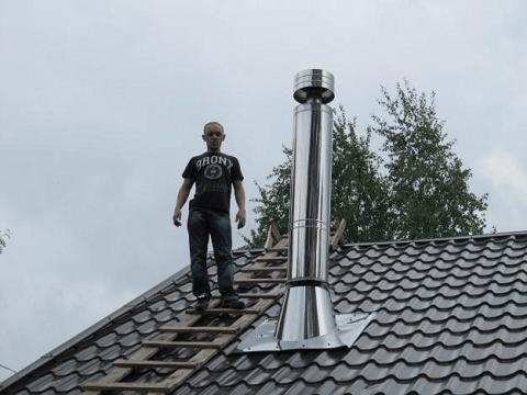 На фото демонстрируется установленная труба для дымохода.