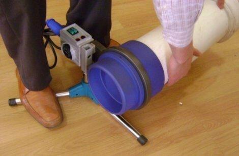 На фото: качественный аппарат для спайки полипропиленовых труб способен работать с изделиями больших диаметров