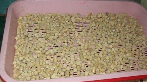 Небольшое количество прессованных опилок легко пройдет через унитаз, не создав засора.