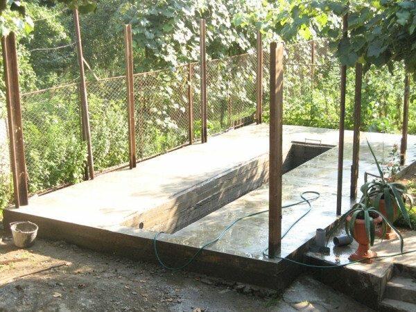 Небольшой фундамент со смотровой ямой и заранее установленными несущими балками