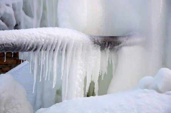Обычно после подобного оледенения трубы необходимо заменить, поскольку перепады температур связанные с замерзанием и резким нагревом меняют их свойства, делая хрупкими и не устойчивыми к большому давлению