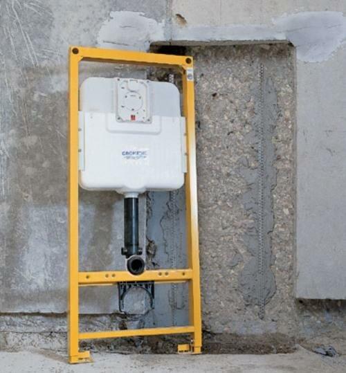 Один из вариантов – оставление ниши под инсталляцию при оштукатуривании стен, это позволяет снизить потери пространства