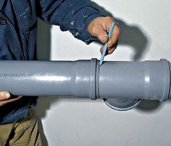 Осуществление установки трубопровода из ПНД