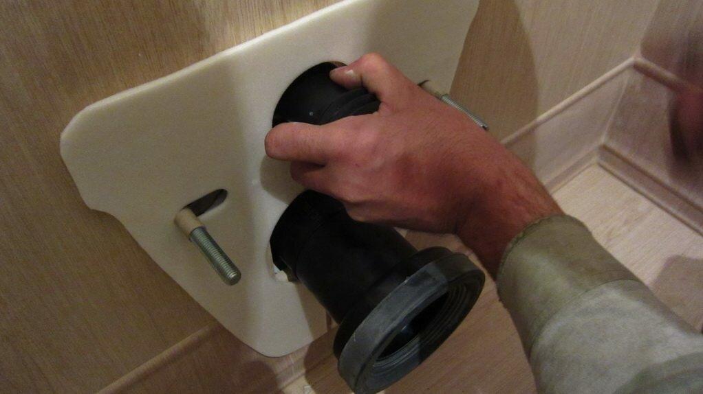 Патрубки для подачи воды и соединения с канализацией ставятся в последнюю очередь.