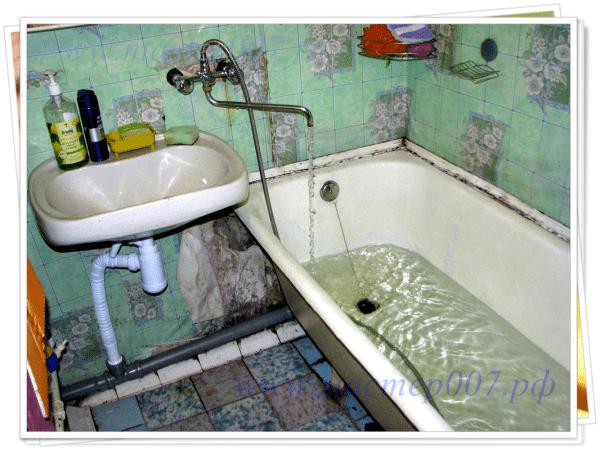 Проверка подключенной к ванне канализационной системы на герметичность