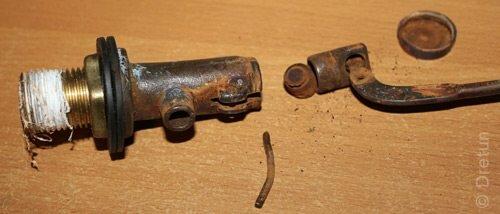 Так устроен латунный клапан. Вода поступает через отверстие внутри его корпуса (на фото слева).