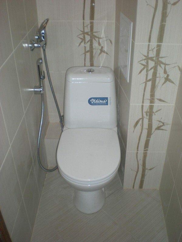 Результат радует: недавно отремонтированный туалет не пострадал, а все коммуникации, хоть и не на виду, остались легкодоступными.