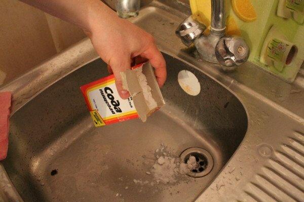 Сода с солью служат хорошей профилактикой возникновения мусорных канализационных заторов