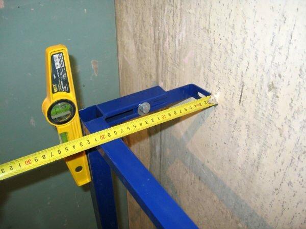 Специальная конструкция позволяет регулировать отступ от стены, а контроль за ровным расположением проводится с использованием уровня