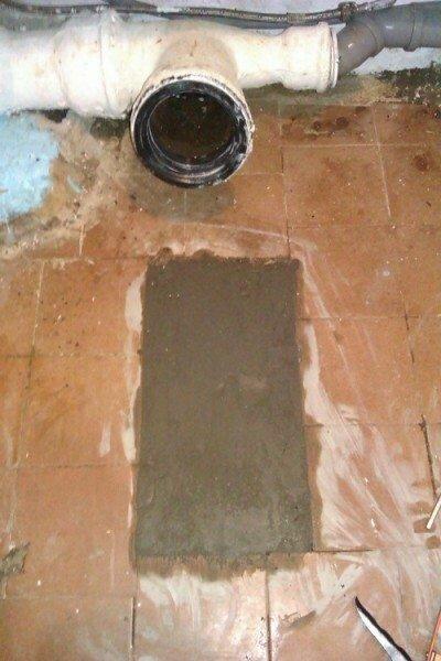 Старый унитаз демонтирован. О доске напоминает только свежий бетон.