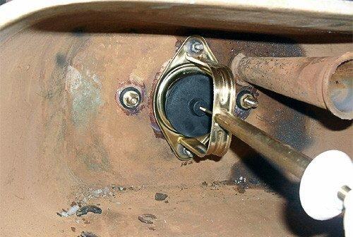 Так выглядит комплект арматуры после ее замены в старом бачке. Полочку к бачку притянули болтами снизу вверх; но это не столь уж важно.