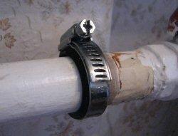 Устранение течи трубы при помощи специального хомута с резинкой