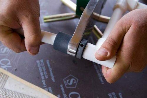 Трубу и фитинг нужно надевать с минимальным промежутком времени, чтобы они нагревались одинаково