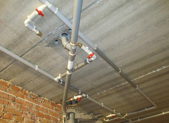 В большинстве новостроек в подвале можно видеть именно канализационные трубы из поливинилхлорида. Частные дома не исключение