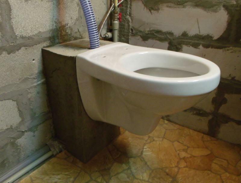 Унитаз смонтирован, туалет готов к декоративной отделке