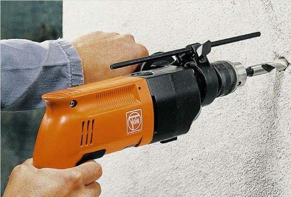 Важно держать перфоратор под прямым углом к поверхности