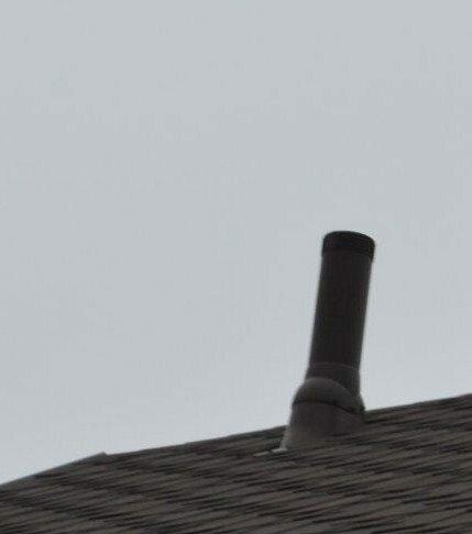 Верхняя часть фановой трубы возвышается над крышей