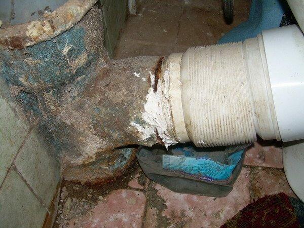Здесь пошли дальше и укоротили тройник. Это возможно, но будьте готовы к проблемам с герметизацией.